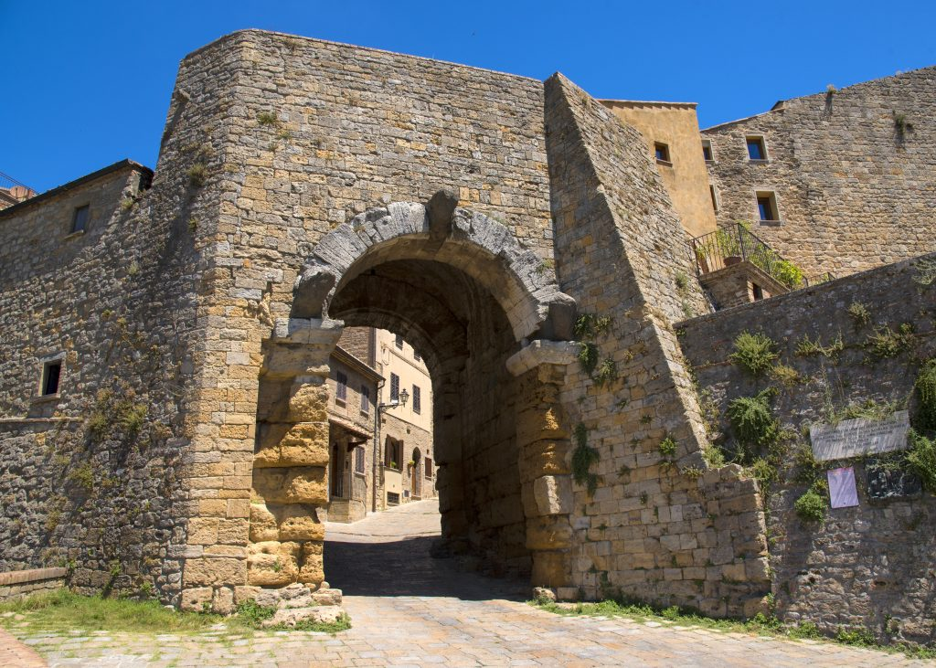 porto all'arco with 3 head statues, one of the best volterra things to see