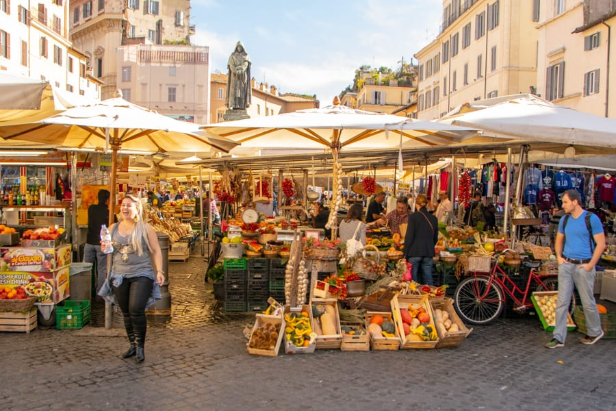 What to wear in Rome: crowd at market