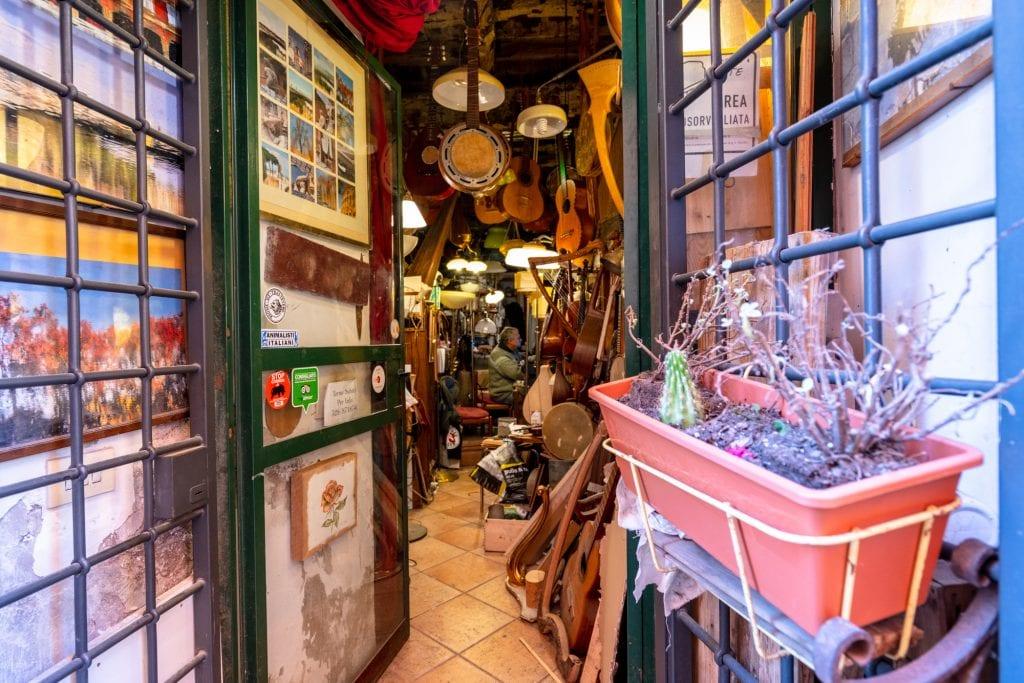 Trastevere Food Tour: Visiting Musical Instrument Shop