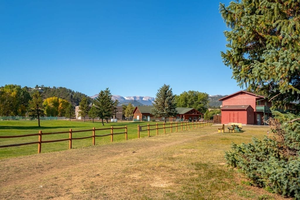 view of the property at discovery lodge estes park